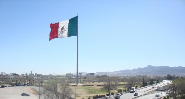 Mexican flag at El Chamizal (Omr Lms/Borderzine.com)