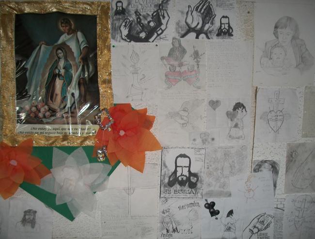Dibujos e ilustraciones dejadas por los repatriados en La Casa del Migrante de Ciudad Juárez (Perla Chaparro/Borderzine.com)