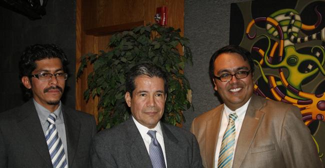 Artistas Leo albizo (izquierda) y Ricardo Guevara (derecha) acompañan a Roberto Rodríguez Hernández, Consul de México en El Paso (Jago Molinet/Borderzine.com)