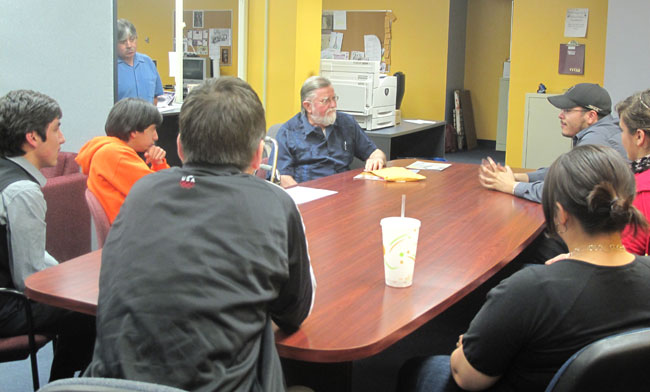 Ericksen leads a discussion on media issues and coverage of Hispanic communities with staff members of The Prospector and Minero Magazine (Zita Arocha/Borderzine.com)