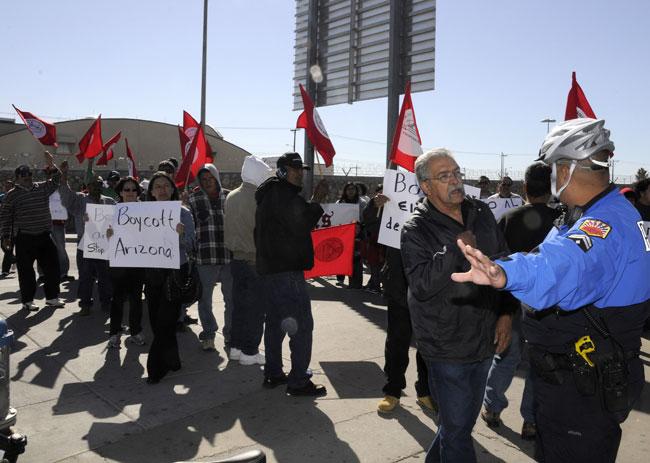 Guillermo Glenn, coordinador de la Asociación de Trabajadores Fronterizos, reclama por el desalojo de los manifestantes. (Jorge Jiménez, cortesía de El Diario de El Paso)