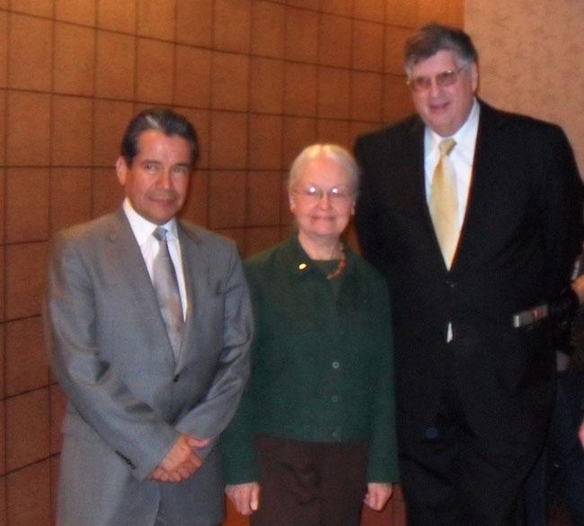 Roberto Rodríguez Hernández (left), Consul de México en El Paso, and Diana Natalicio, UTEP President, accompany Ambassador Davidow.