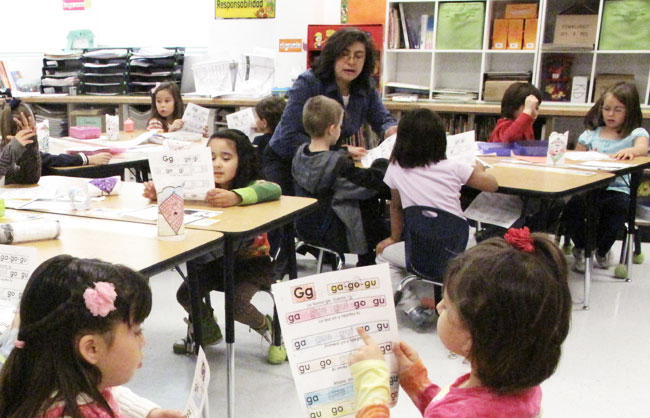 Students learn to pronounce syllables in Spanish formed with letter G at Ms. Compean's kindergarten class. (Lucía Murguía/Borderzine.com)