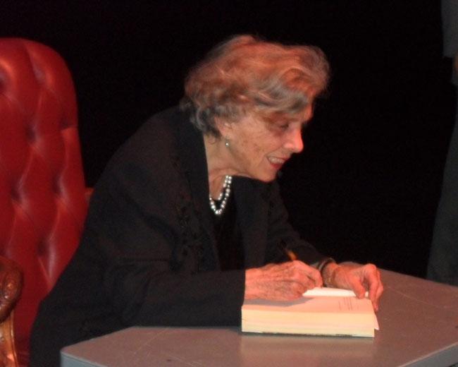 Elena Poniatowska firma autógrafos después de su presentación. (Alexis Sinforoso/Borderzine.com)