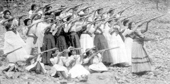 Soldaderas posan con sus armas durante la revolución mexicana. (Foto de dominio público)
