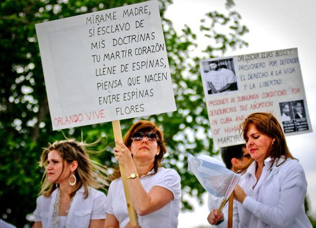 """Las Damas de Blanco surgieron en 2003 luego de la llamada """"Primavera Negra de Cuba"""" en que se detuvieron a diversas personas por razones políticas. (Víctor Ramírez/Borderzine.com)"""