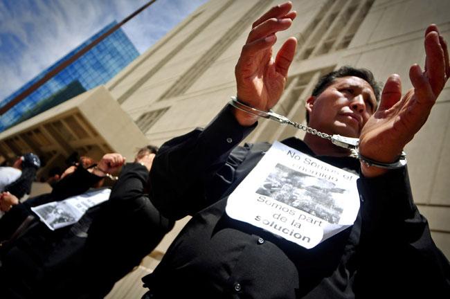 Esposados protestan contra ley anti-inmigrante de Arizona (Víctor Ramírez/Borderzine.com)
