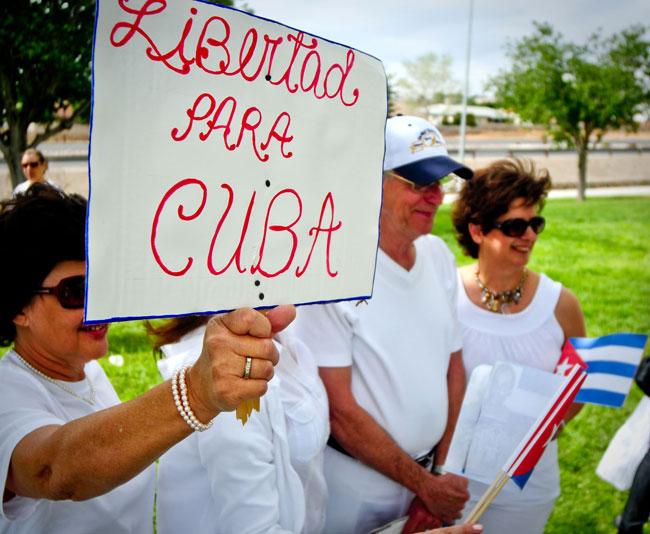 """""""Libertad para Cuba"""" se lee en los carteles que portaban las Damas de Blanco (Víctor Ramírez/Borderzine.com)"""