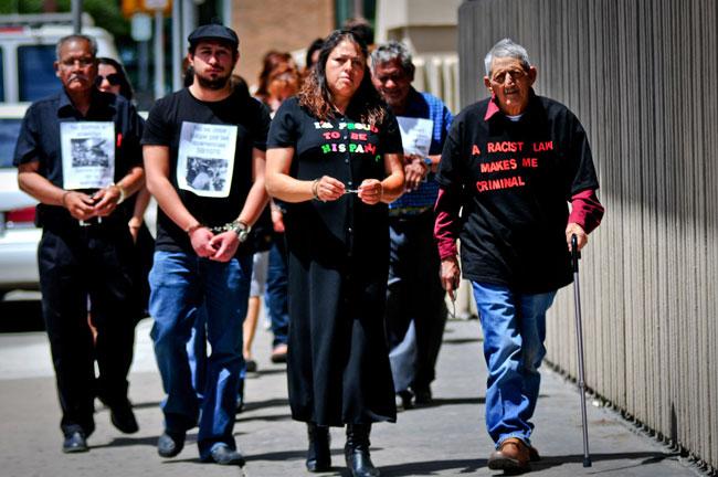 Integrantes de la Red Fronteriza por los Derechos Humanos se dirigen a la Oficina del Sheriff de El Paso. (Víctor Ramírez/Borderzine.com)