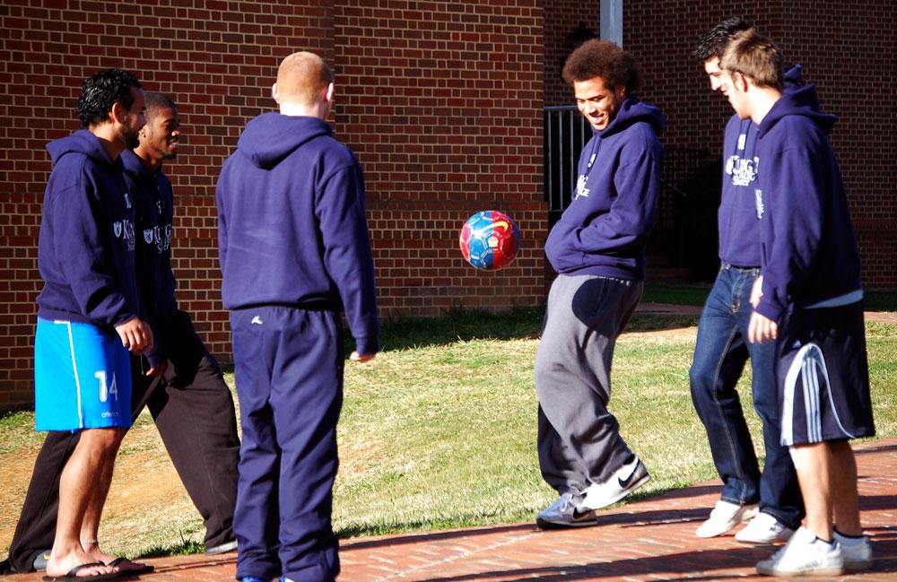 En el equipo masculino de fútbol de King College, los Tornados, siete de los 25 jugadores son extranjeros y la mayoría tiene beca. Los jugadores tienen que mantener un promedio de 3.0 para permanecer en el equipo y, para algunos, para permanecer en la universidad.(Jennifer White & Michael Thorton/Cortesy of El Nuevo Bristol Herald Courier)