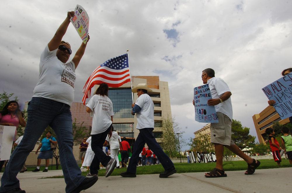 No a la SB1070, es el mensaje que see lee en muchos de los carteles de los manifestantes. (Juan Torres/Borderzine.com)