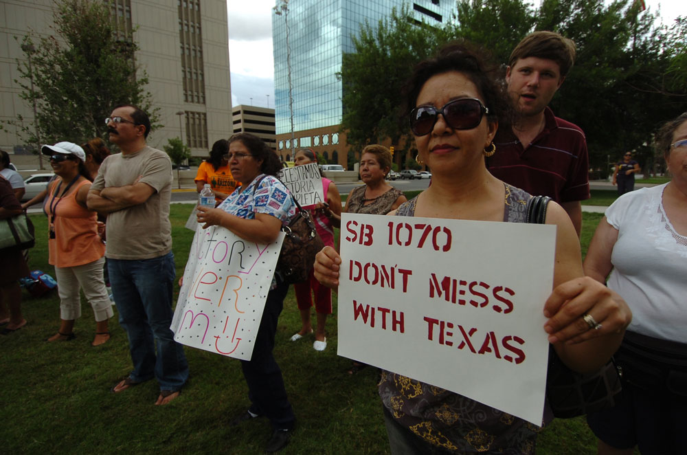 """SB1070 no te metas con Texas"". (Juan Torres/Borderzine.com)"