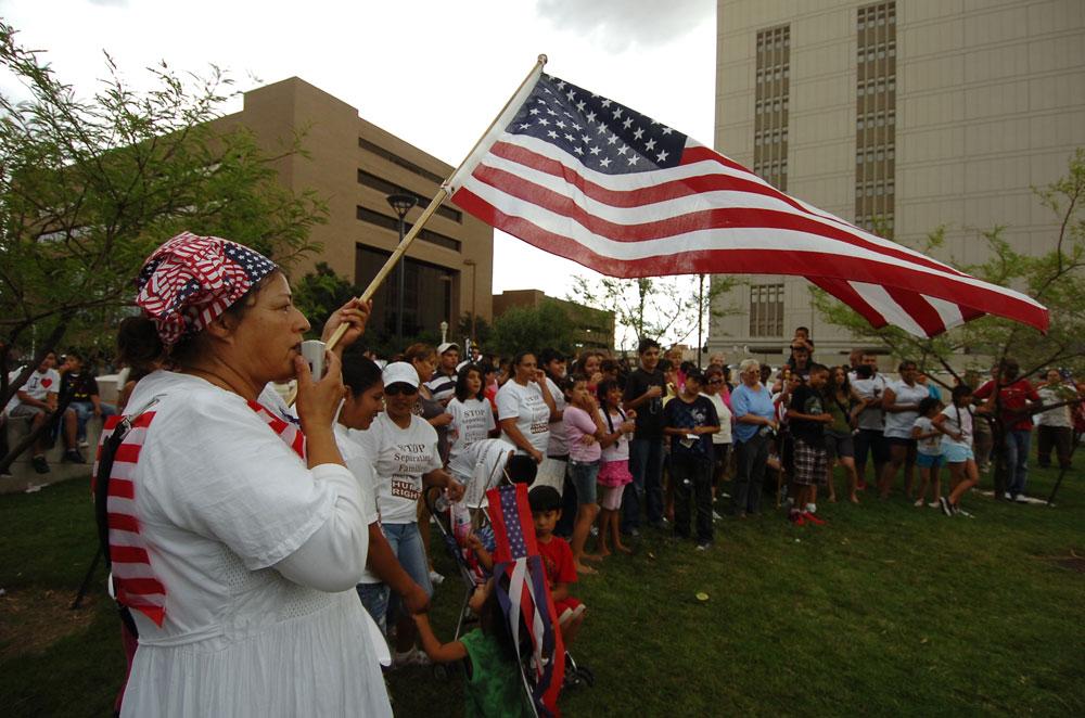 Alrededor de 200 personas se reunieron frente al nuevo edificio de la Corte Federal para celebrar la suspensión parcial de la ley SB1070. (Juan Torres/Borderzine.com)