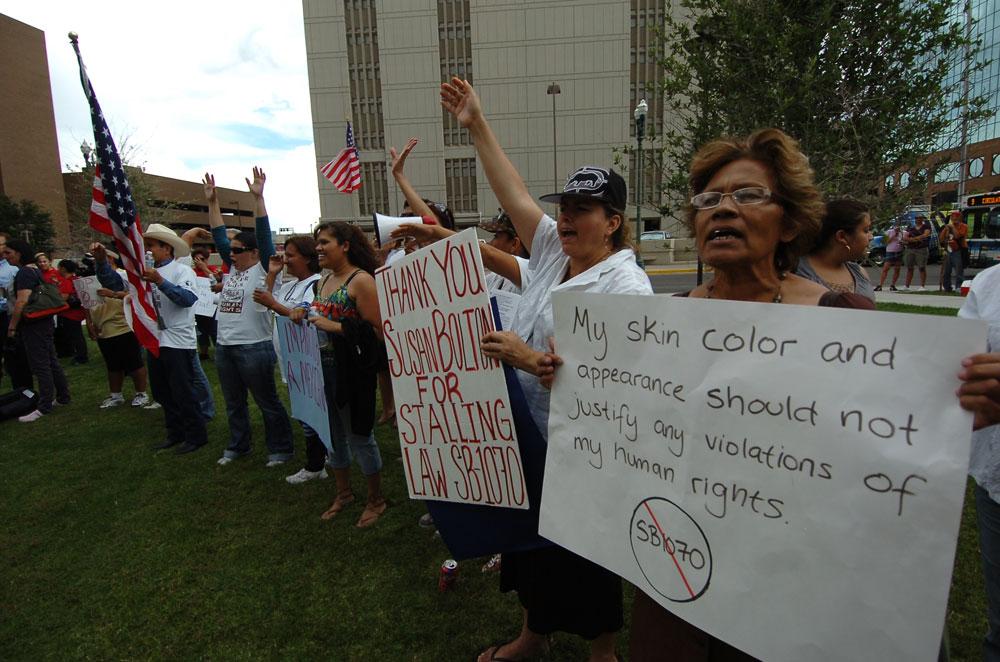 Los manifestantes agradecieron el fallo de la jueza de Phoenix, Susan Bolton, a través del cual se suspendieron las secciones más racistas de la ley SB1070. (Juan Torres/Borderzine.com)