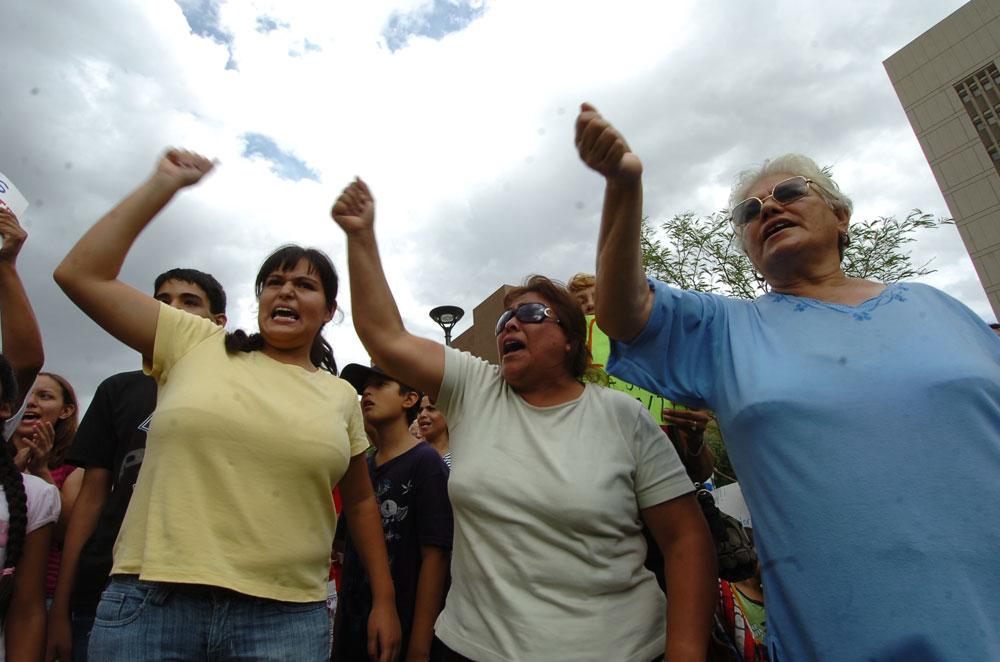 Hijas, madres y abuelas mostraron su rechazo a la ley antiinmigrante. (Juan Torres/Borderzine.com)