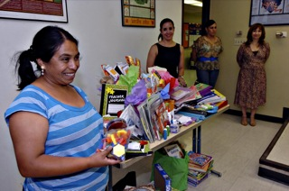 Una profesora centro americana agradece emocionada los donativos. (Juan Torres/Borderzine.com)