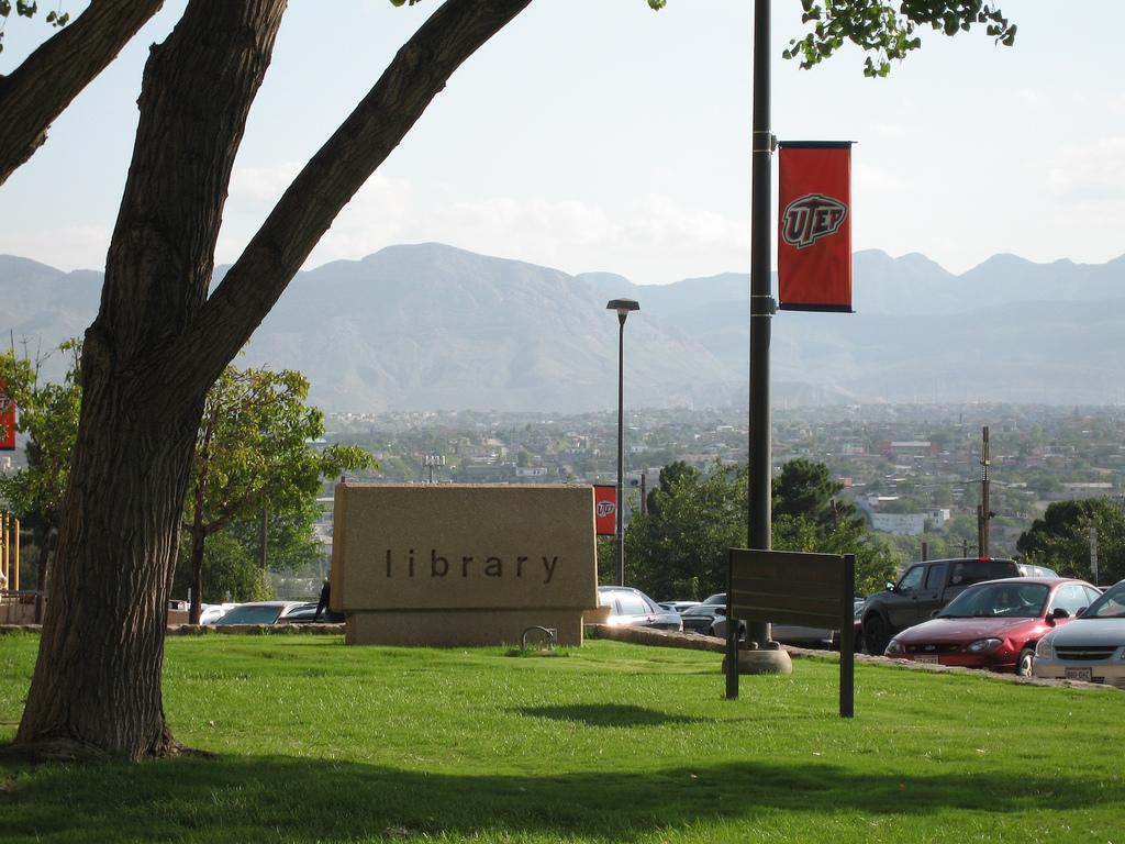 Esta foto desde la biblioteca de UTEP en 2006, da una idea de lo cerca que el campus está a Ciudad Juárez. (Cortesía de Lourdes Cueva Chacón)