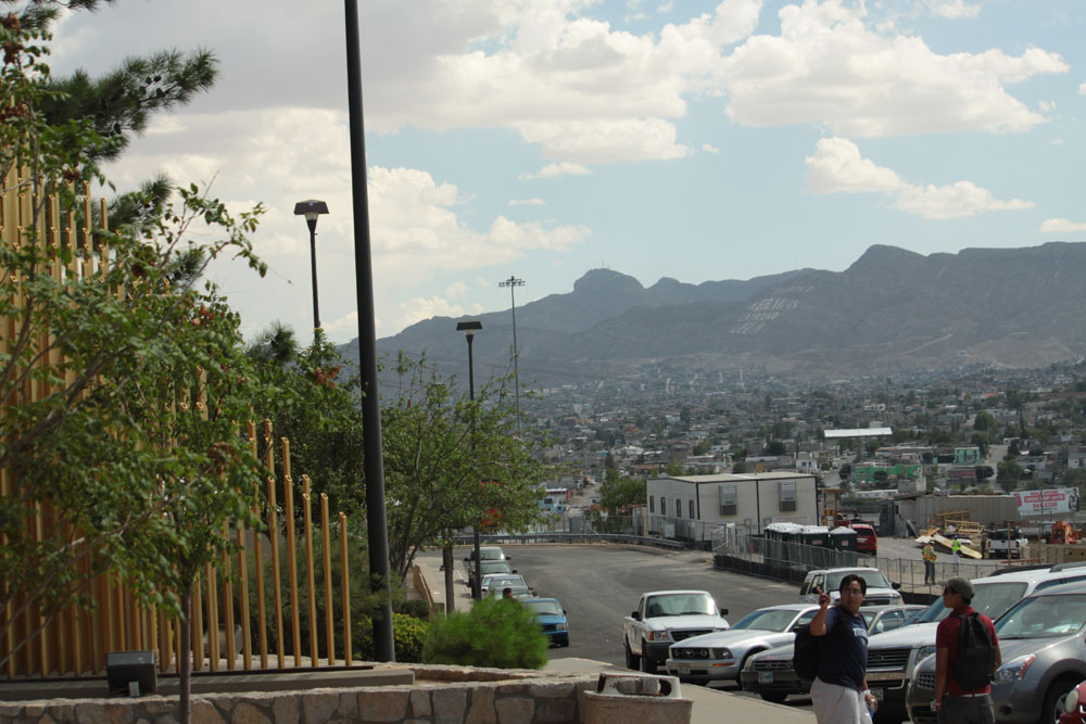 Esta foto muestra la vista de Juárez que se tiene desde la entrada a Bell Hall. (Raymundo Aguirre/Borderzine.com)