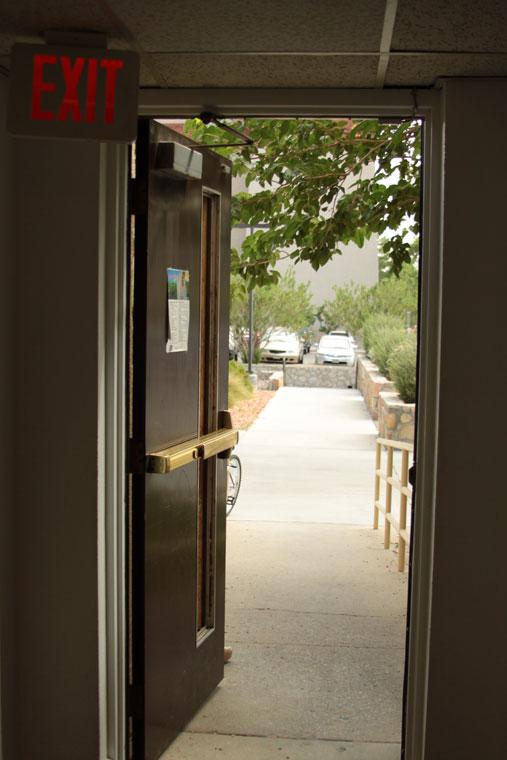 Vista desde el interior de Bell Hall. (Raymundo Aguirre/Borderzine.com)