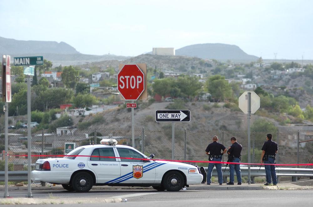 El cordón policial en la intersección entre la calles Main y Yandell. (Juan Torres/Borderzine.com)