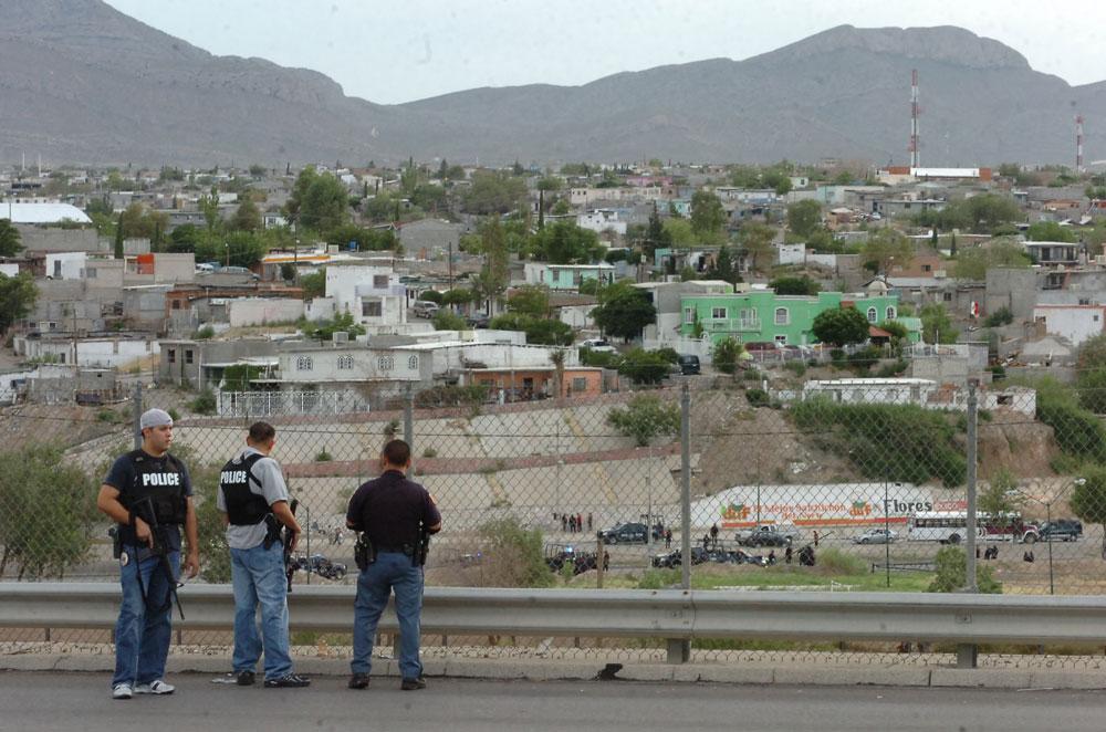 Oficiales de la Policía de El Paso observan las acciones de la Policía Federal en el incidente ocurrido el sábado 21 de agosto. (Juan Torres/Borderzine.com)