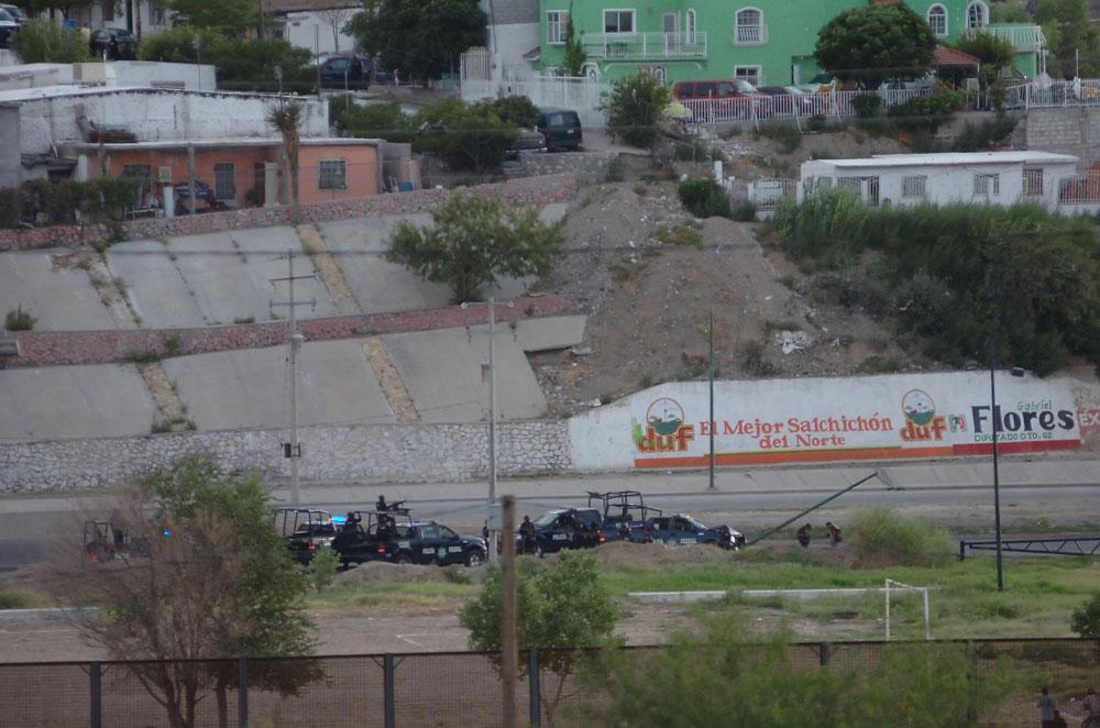 Un acercamiento de las acciones de la Policía Federal en el Boulevard Bernardo Norzagaray cerca del Parque de las Tortugas, donde ocurrió la balacera. (Juan Torres/Borderzine.com)