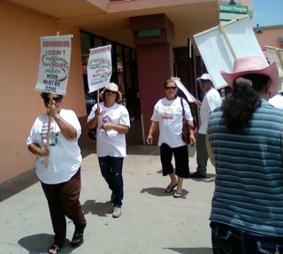 Un manifestante lleva una camiseta donde se lee: Family Dollar no es amiga de las familias. (Courtesy of Retail Workers Rights Committee)