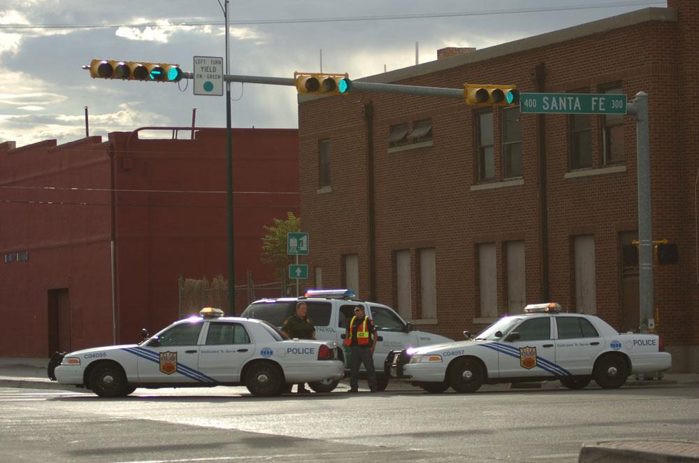 La Policía de El Paso acordonó la avenidad Paisano entre sus intersecciones con la Avenida Santa Fé (en esta foto) y la Avenida Sun Bowl. (Juan Torres/Borderzine.com)