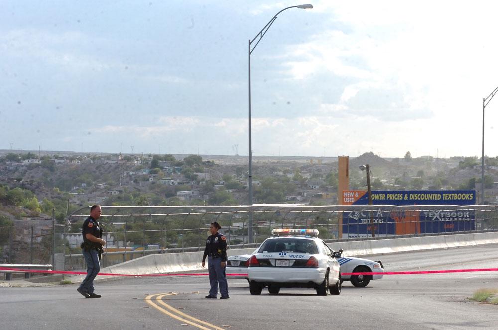 La policía de El Paso en la calle Yandell. Esta foto ilustra la cercanía entre ambas ciudades. (Juan Torres/Borderzine.com)