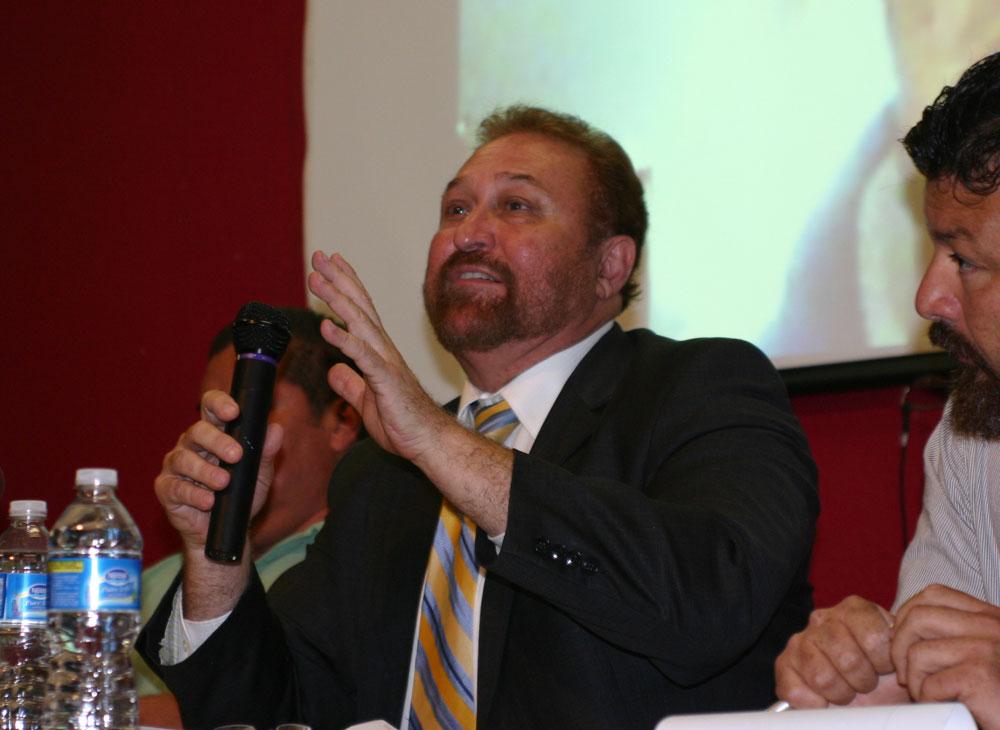 El abogado Carlos Spector y el director de la Red Fronteriza por los Derechos Humanos, Fernando García, dijeron que continuarán con el trabajo de apoyo a los periodistas exiliados. (John De Frank/Borderzine.com)