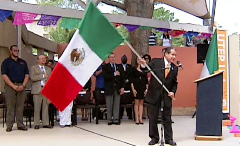 El Cónsul General de México en El Paso, Roberto Rodríguez Hernández, da el grito en la celebración organizada por la Universidad de Texas en El Paso. (Brenda Reyes/Borderzine.com)