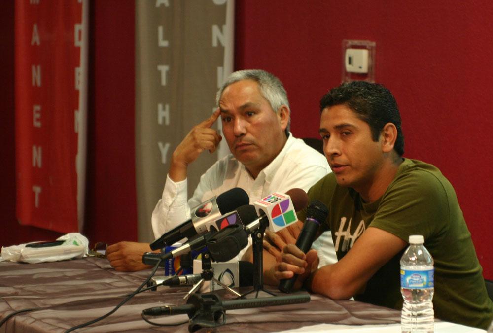 Periodistas mexicanos en el exilio, Emilio Gutiérrez Soto (izquierda) y Ricardo Chávez Aldana, pidieron al gobierno del Presidente Obama que agilice sus solicitudes de asilo político. (John De Frank/Borderzine.com)