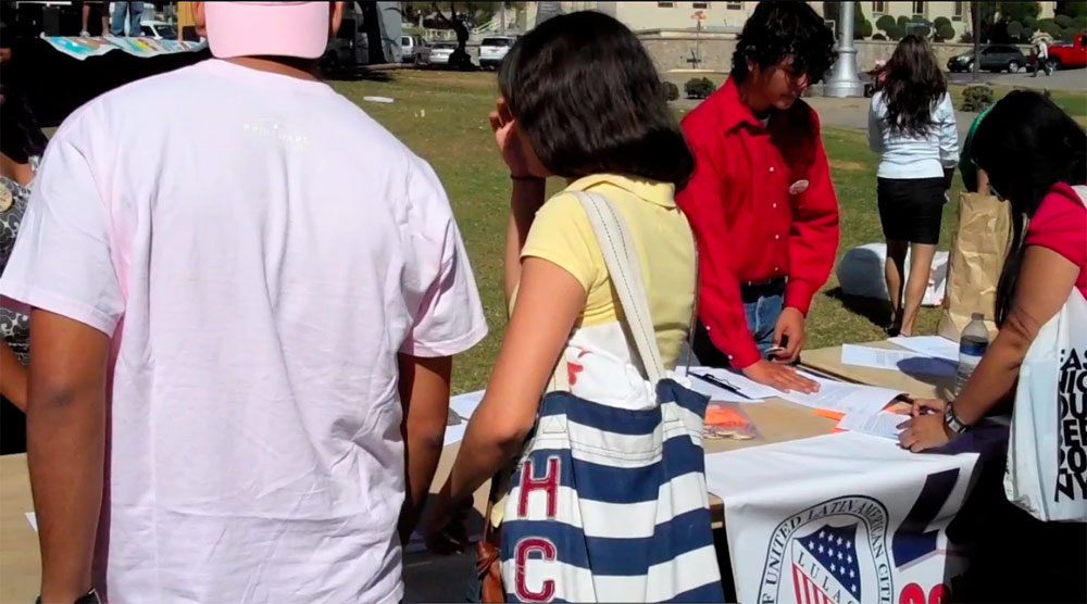 UTEP students signed letters in support of the Dream Act addressed to Texas state senators. (John De Frank/Borderzine.com)