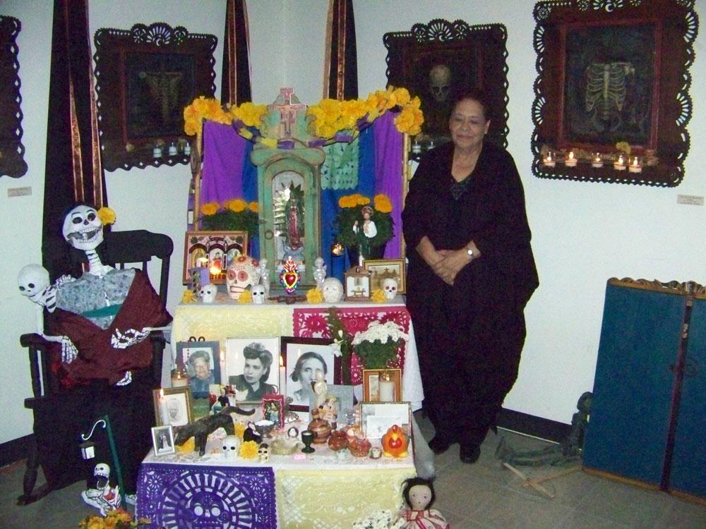 Griselda Flores y su altar. (Danya Hernández/Borderzine.com)
