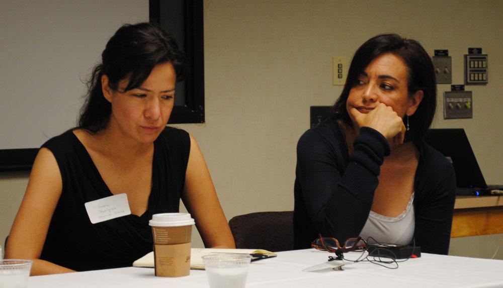 Las periodistas Sandra Rodríguez (izquierda) y Patricia Giovini, reflexionan sobre los peligros de su profesión en un panel organizado por la Universidad de Texas en El Paso. (Lourdes Cueva Chacón/Borderzine.com)