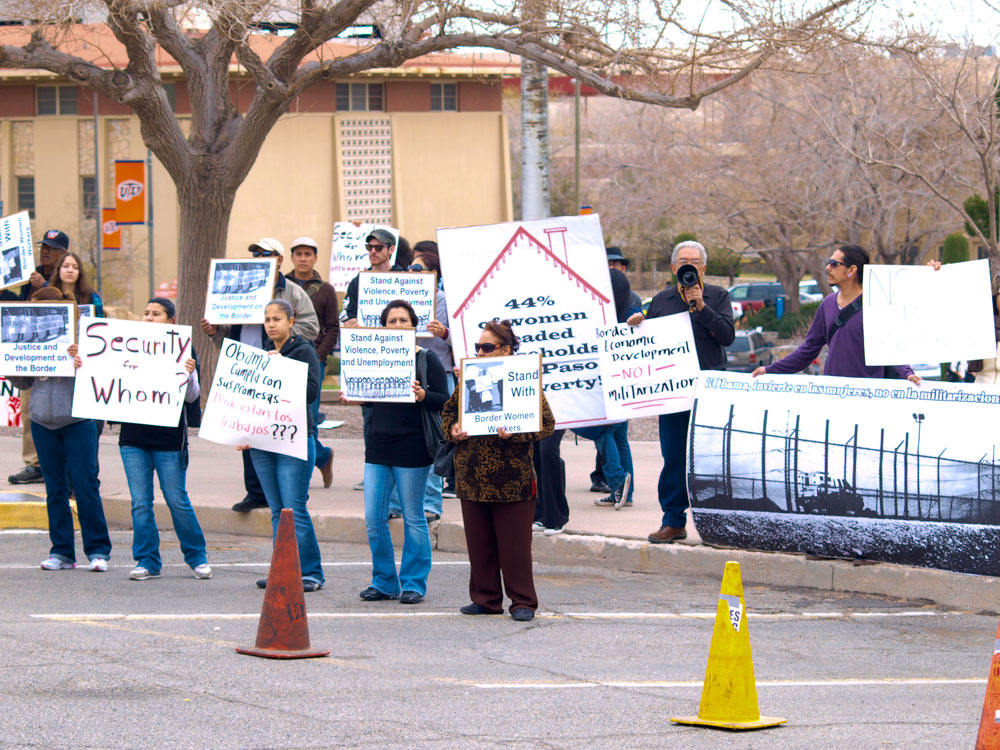 A small group of manifestants gathered outside Magoffin Auditorium where Department of Homeland Security Secretary Janet Napolitano gave a talk to a UTEP audience. (Robert Brown/Borderzine.com)