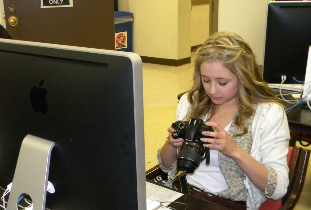 Multimedia journalism major, Beatriz Castañeda, reviews digital photographs to include in a story. (Georgia Rodriguez/Borderzine.com)