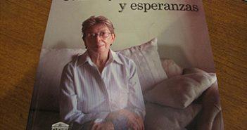 "Esther Chavez Cano's book ""Construyendo Caminos y Esperanzas"" (Constructing pathways and hopes). (Jennifer Estrada/Borderzine.com)"