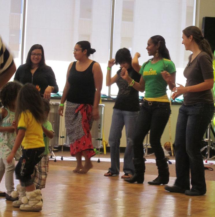 Taking a samba lesson from the masters. (Adriana Macias/Borderzine.com)