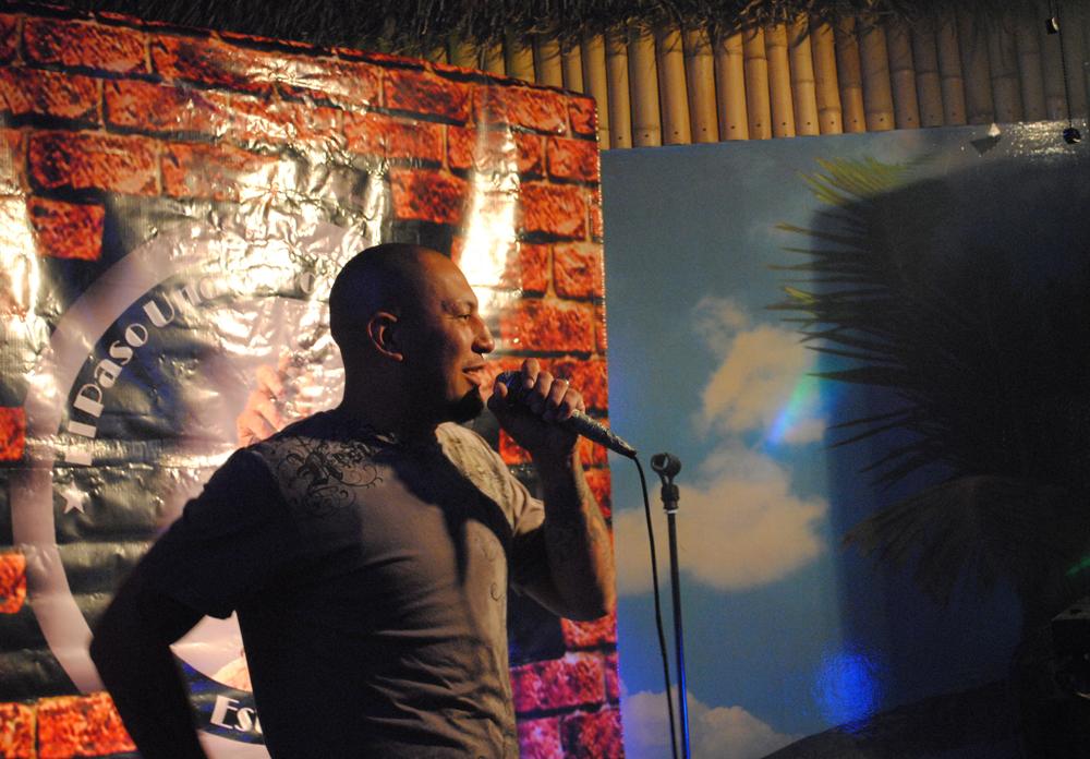 Comedic bad boy El Malkreado throwing down one-liners at Coconuts Bar and Grill. (Omar Lozano/Boderzine.com)