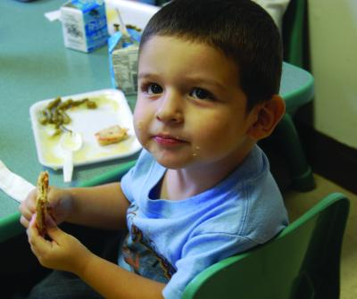 The students at Even Start enjoy healthy snacks before their naptime. (Kayla Thomas/El Nuevo Tennessean)