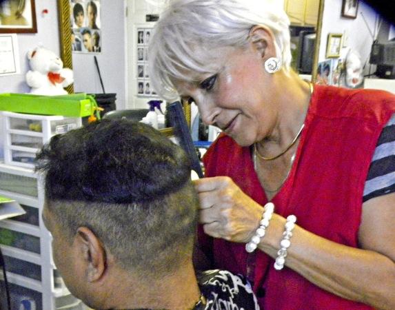 Elsa trabaja en el Downtown de El Paso desde hacer cuarenta años. (Guerrero Garcia/Borderzine.com)