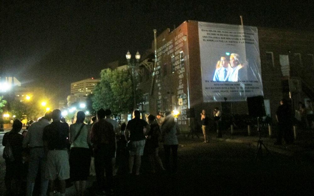 Una multitud se congrega cada noche ante el frontis de Casa Anunciación. (Victoria A. Perez/Borderzine.com)