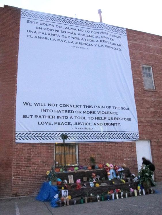 Ciudadanos de El Paso y Ciudad Juárez depositan flores y recuerdos en el altar preparado para la vigilia. (Victoria A. Perez/Borderzine.com)