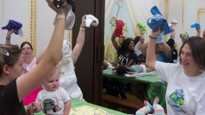 El Paso moms changed diapers to raise awarness about the benefits of using cloth diapers. (Lourdes Cueva Chacón/Borderzine.com)