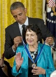 President Obama condecorates Dolores Huerta. (©HIspanic Link)