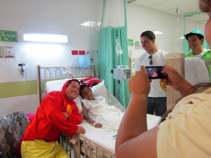 Voluntario disfrazado de el Chapulín Colorado posa para una foto con un niño en el Hospital Infantil de Ciudad Juárez. (Idalí Cruz/Borderzine.com)