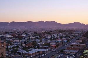 Bright lights, big cities. El Paso/Cd. Juárez in the early evening from Tom Lea Park. (Cheryl Howard/Borderzine.com)