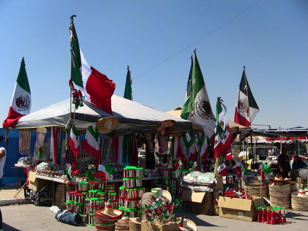 Artículos típicos mexicanos se vendieron la noche del 15 de septiembre para añadir color a la celebración. (Kimberly Martinez/Borderzine.com)