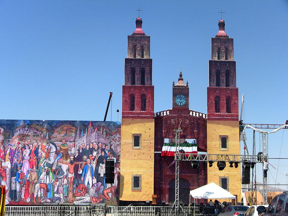 Escenografía que complementó la celebración del Grito de Independencia. (Kimberly Martinez/Borderzine.com)